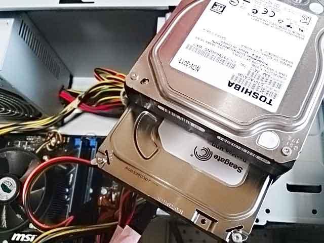 故障したハードディスクの交換画像